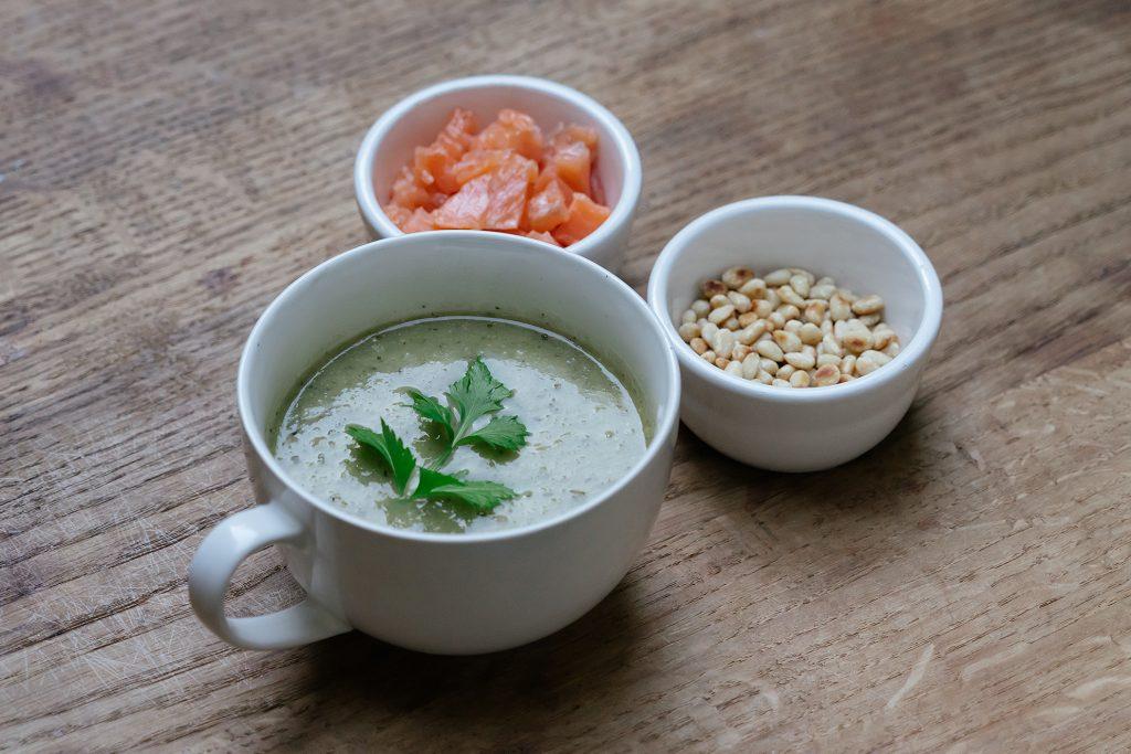 Courgettesoep met zalm en pesto