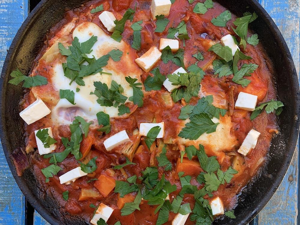 Vegetarische shakshuka in de pan